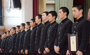 センバツ21世紀枠の九州地区候補校に選ばれた伊万里の選手たち=伊万里市の同校