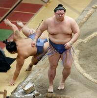 翔猿(左)を下し、初優勝を果たした正代=両国国技館