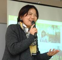 子育て中の女性ら参加者に語りかける太刀山さん=佐賀市のほほえみ館