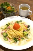 めんたいクリームパスタ 980円 ※具材は季節によって変わるサラダ、スープが付く