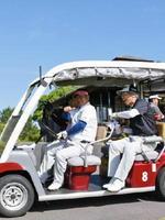 青空広がるゴルフ日和。カートに乗って「行ってきます」=武雄市の武雄・嬉野カントリークラブ