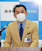 夏休み前のエアコン設置要請について質問に答える峰達郎唐津市長=市役所