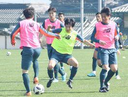 名古屋戦に向けた練習で、果敢にプレスをかけるMF加藤(中央)=28日、鳥栖市北部グラウンド