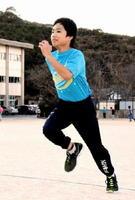 直接対決したケンブリッジ飛鳥選手を「抜きたい」と練習に励む吉田享介君=唐津市の西唐津小