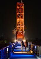 「世界自閉症啓発デー」に合わせ、橋脚が青色にライトアップされた昇開橋=2日午後7時過ぎ、佐賀市諸富町