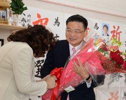 比例代表九州ブロックで復活当選し、支援者から花束を受け取る古川康さん(右)=23日午後4時32分、武雄市武雄町の事務所