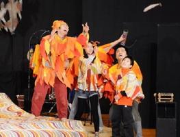5年生の児童も舞台に登場した劇団風の子北海道の巡回公演=有田中部小体育館