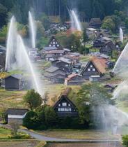 紅葉の白川郷で恒例の放水訓練