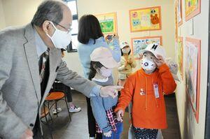 子どもたちにそれぞれの絵の良い所を伝える山田直行さん=佐賀市大和町の湛然の里・ぎゃらりーせせらぎ