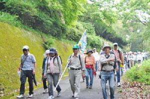 川上地区で新たに始まった「フットパス」を楽しむ参加者ら=佐賀市大和町