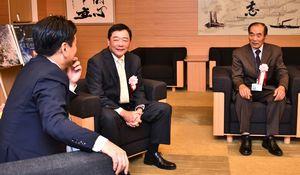 感謝状贈呈の後、山口知事(左)と「使う薬も時代で変わってきた」と談笑する中尾さん(右)と石松さん=県庁