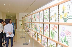 絵手紙の作品を楽しむ来場者たち=鹿島市民交流プラザ「かたらい」