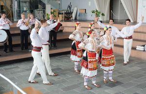 ブルガリアの伝統の踊り披露