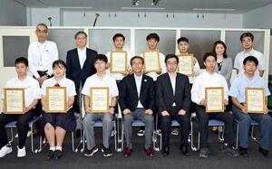高校生ものづくりコンテストで最優秀となり教育長表彰を受けた高校生ら=県庁