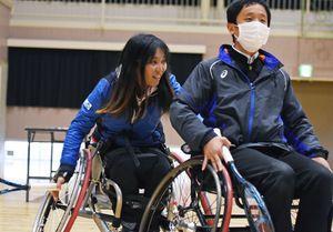 車いす体験で生徒を手助けする大谷桃子さん(左)=吉野ヶ里町の東脊振中