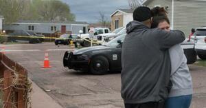 9日、銃撃事件で家族や友人を失い、抱き合う関係者=米コロラド州コロラドスプリングズ(Jerilee Bennett/The Gazette提供、AP=共同)