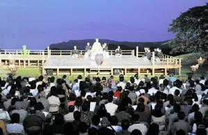 特設舞台を組んで行われた6年前の薪能=唐津市鎮西町の肥前名護屋城跡