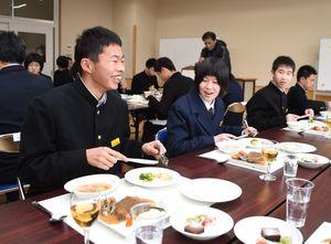 マナーに気をつけ、緊張しながら食事するひじり学園の9年生=大町町のひじり学園