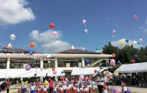 運動会で、手紙を付けた風船を飛ばす園児たち=10月9日、唐津市北城内の昭和幼稚園・なかよし保育園