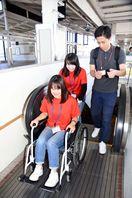 武雄市の看護学校新入生、車いす体験学習