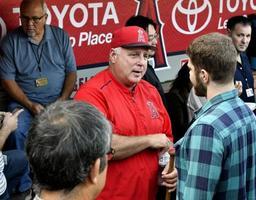 米大リーグ、レンジャーズ戦前に報道陣に対応するエンゼルスのマイク・ソーシア監督=25日、アナハイム(共同)