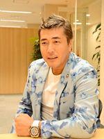 新曲「罪の川」をPRする演歌歌手の若原りょうさん=佐賀新聞社