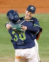 プロ野球のDeNA戦で無安打無得点試合を達成し、西田明央捕手と抱きって喜ぶヤクルトの小川泰弘投手=15日、横浜スタジアム