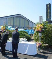 消防殉職者の冥福を祈り献花する遺族ら=佐賀市の県消防学校
