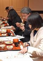 給食を想定して出された1次加工品を試食する委員たち=佐賀市のマリトピア