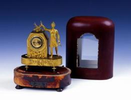 「金色に輝くオルゴール時計」