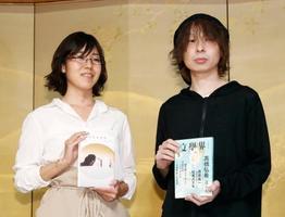第159回芥川賞に決まった高橋弘希さん(右)と直木賞に決まった島本理生さん=18日夜、東京都内のホテル