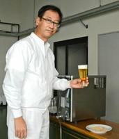 県産麦芽100%で仕込んだ地ビール「NOMAMBA(のまんば)」を手にする和田真司常務=西松浦郡有田町の宗政酒造