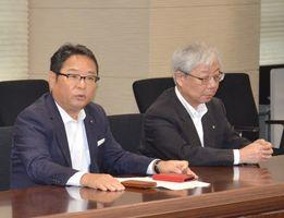 就任あいさつで、佐賀県庁を訪れた九州電力の池辺和弘社長(左)と瓜生道明会長=県庁