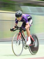 自転車男子1000メートルタイムトライアルで優勝した龍谷のドミンゴ・ジャスティンポール=武雄市の武雄競輪場