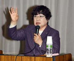 「女性が声を上げないと社会は変わらない」と話す福岡県苅田町の吉廣啓子町長=鳥栖市の田代まちづくり推進センター
