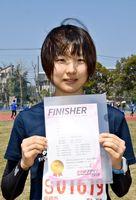 フルマラソン女子で力走し、県勢2位でゴールした橋本好美=県総合運動場