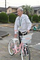 留学生に自転車の安全な乗り方を教える交通教育指導員の福田正文さん=佐賀市交通公園