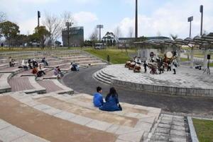 老朽化した客席を修繕した野外ステージ=佐賀市の県立森林公園