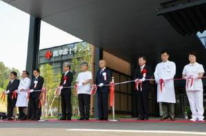 テープカットで本格的な業務開始を祝う唐津赤十字病院の関係者=唐津市和多田