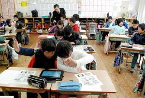 佐賀新聞電子版の使い方を学ぶ4年生児童=武雄市の武内小