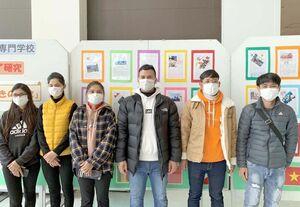 作品展の展示に当たった学生たち=鳥栖市本鳥栖町のフレスポ鳥栖