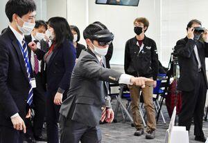 「ホロレンズ」を着けてコンテンツを体験する参加者=佐賀市のマイクロソフトAI&イノベーションセンター佐賀