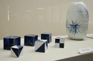 浦郷好文さんの「染付扁壺」(右)と四角の染付花器の数々