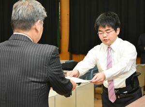グランプリに輝き、賞状を受け取る山城佑太さん(右)=佐賀大本庄キャンパス