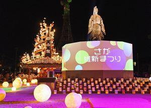 ライトアップされた鍋島直正公銅像。周辺を光のオブジェや浜崎祇園山笠が彩った=佐賀市城内