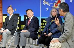 座談会で顔をそろえた唐津市長選の出馬予定者。(左から)岡本憲幸氏、峰達郎氏、田中路子氏=唐津市呉服町