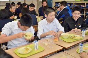 調理給食が再開され、笑顔で?張る生徒たち=上峰中学校