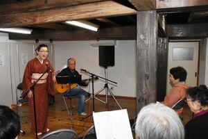 懐かしの歌を楽しんだ歌声コンサート=佐賀市松原の新馬場会処
