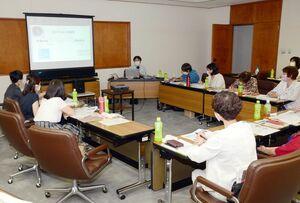 新型コロナウイルス対策をテーマに「佐賀県女性議員ネットワーク」が開いた研修会=県議会棟