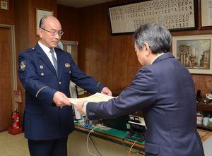九州総合通信局の若宮勝己調査課長(右)から感謝状を受け取る白石署の松尾伸一郎署長=大町町の白石署
